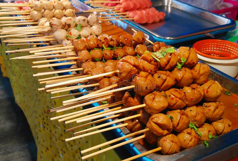 Gegrillte Schweinefleischfleischklöschen und Fleischklöschen stockbild
