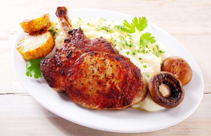 Gegrillte Schweinefleischrippe des Huhns mit Pilzen stockfotografie