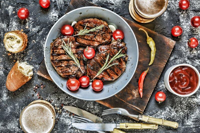 Gegrillte Steaks auf Holz stockfoto