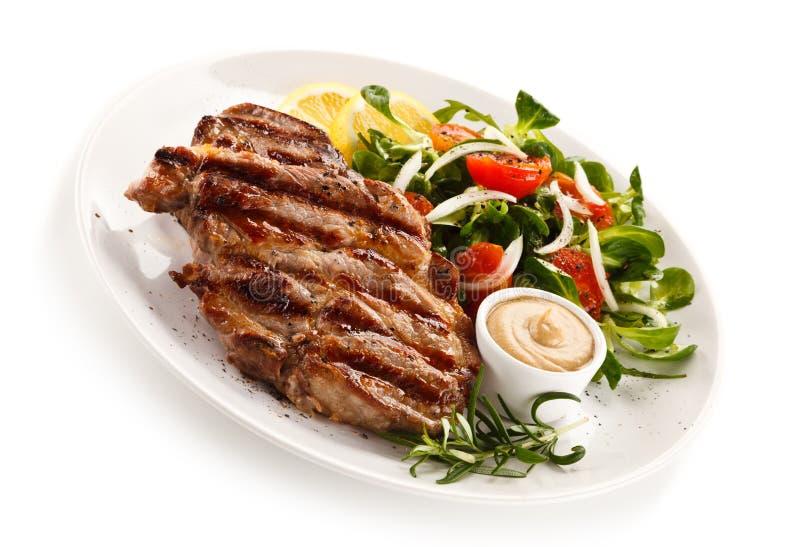 Gegrillte Steaks und Gemüse stockfotografie