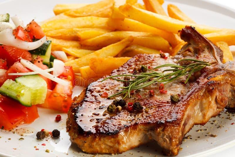 Gegrillte Steaks und Pommes-Frites lizenzfreies stockfoto