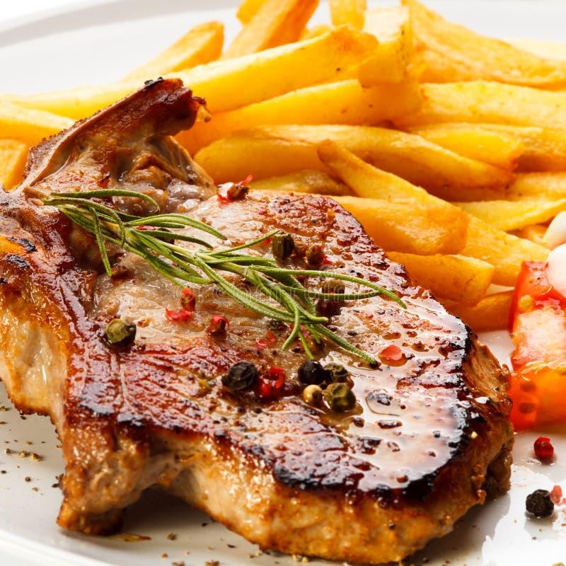 Gegrillte Steaks und Pommes-Frites lizenzfreie stockfotos