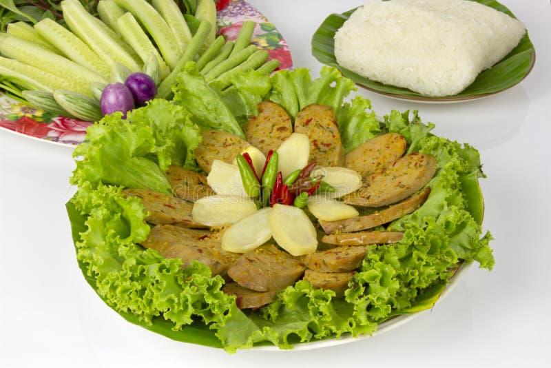 Gegrillte thailändische würzige Wurst Sai Aua Notrhern mit klebrigem Reis auf weißem Hintergrund des weißen Hintergrundes lizenzfreie stockfotos