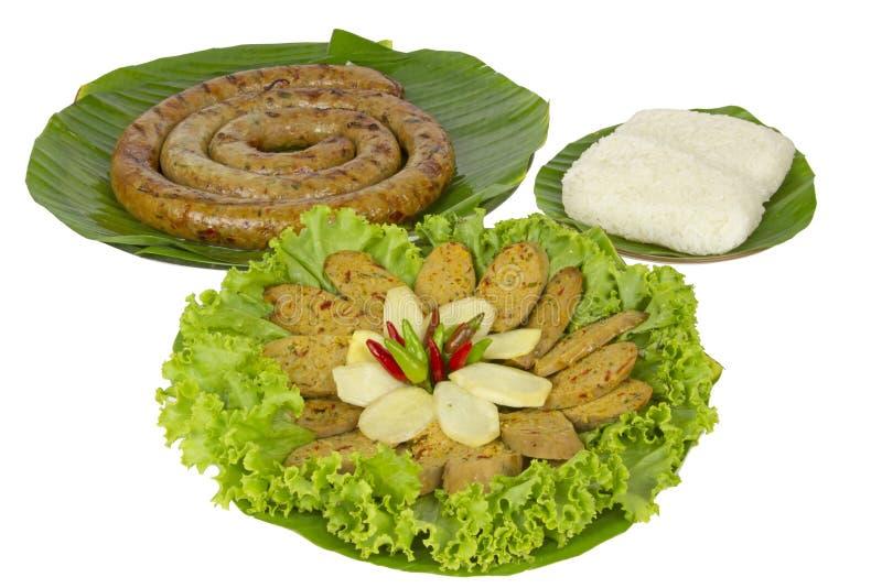 Gegrillte thailändische würzige Wurst Sai Aua Notrhern mit klebrigem Reis auf weißem Hintergrund des weißen Hintergrundes mit lizenzfreie stockfotos