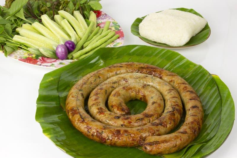Gegrillte thailändische würzige Wurst Sai Aua Notrhern mit klebrigem Reis auf weißem Hintergrund des weißen Hintergrundes stockbilder