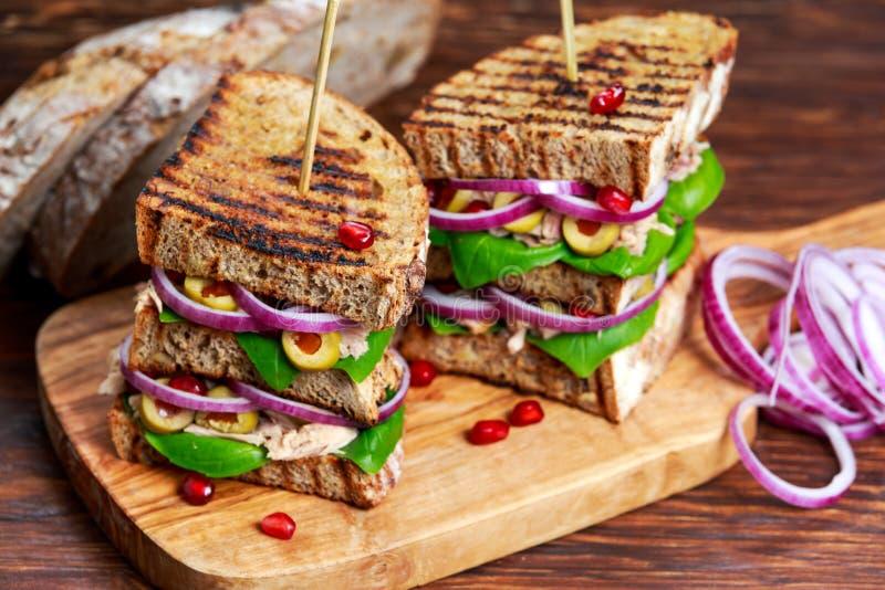 Gegrillte Tuna Sandwich mit Zwiebel, Oliven und Granatapfelsamen lizenzfreies stockbild