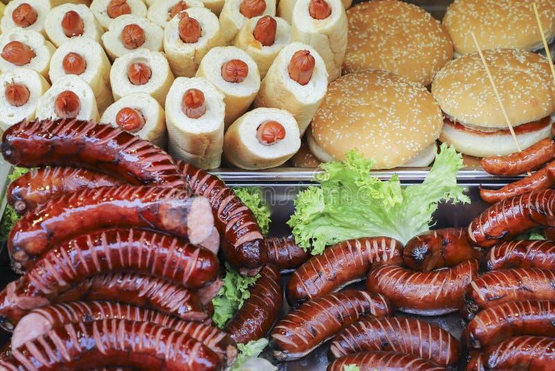 Gegrillte W?rste und Hotdog, Abschluss oben Stra?enlebensmittel stockfotografie