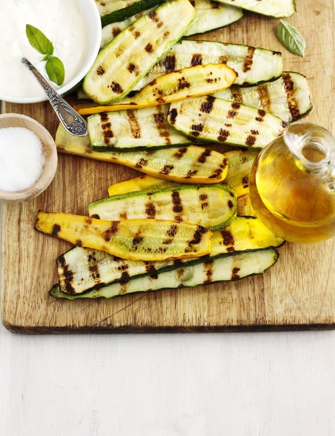 Gegrillte Zucchini mit Soße stockbilder