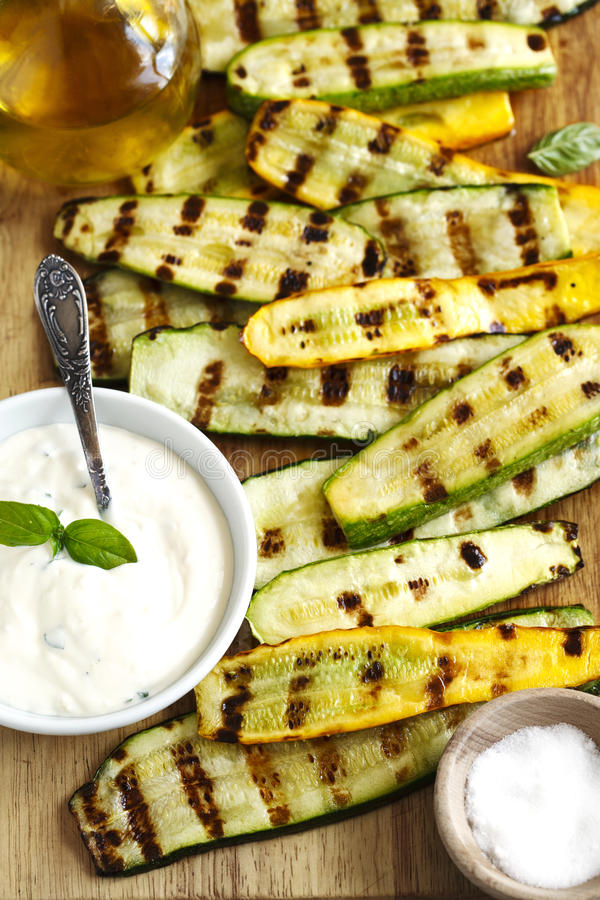 Gegrillte Zucchini mit Soße lizenzfreie stockbilder