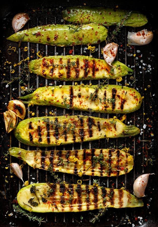 Gegrillte Zucchini mit Zusatz des Thymians, des Zitroneneifers und des Knoblauchs lizenzfreie stockfotografie