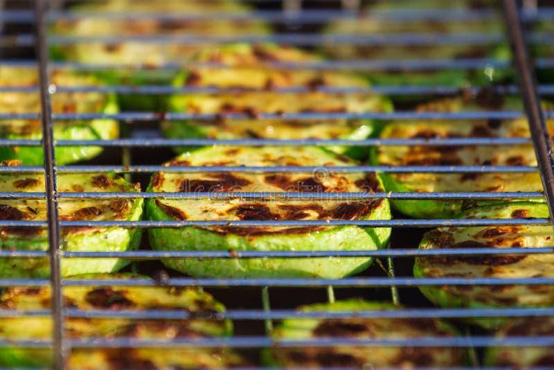 Gegrillte Zucchini mit Zusatz des Thymians, des Zitroneneifers und des Knoblauchs lizenzfreie stockbilder