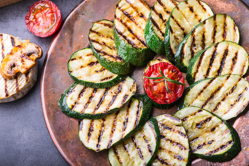 Gegrillte Zucchini-Tomate mit Paprikapfeffer Italienische Mittelmeer- oder griechische Küche Vegetarierlebensmittel des strengen  lizenzfreie stockbilder