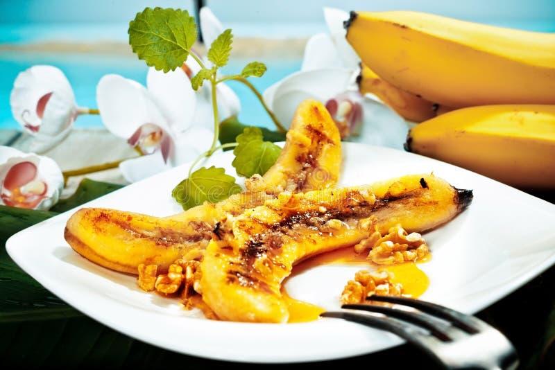 Gegrillter Bananen- und Walnussnachtisch stockfoto
