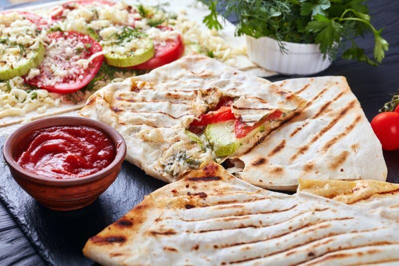 Gegrillter Flatbread angefüllt mit Veggies und Käse stockfoto