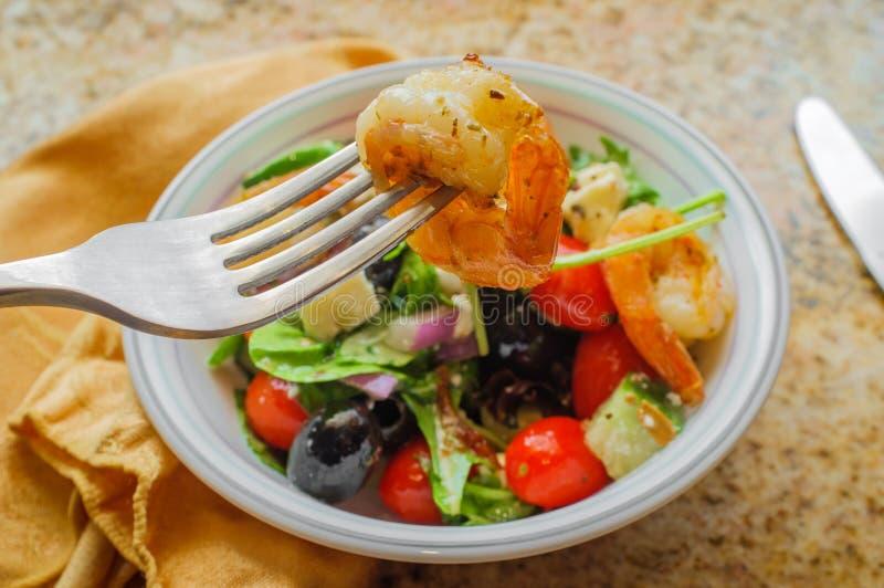 Gegrillter Garnelen-griechischer Salat lizenzfreie stockfotos
