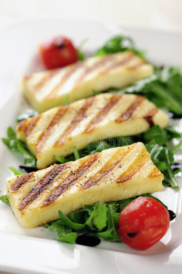 Gegrillter Halloumi-Käse auf Raketensalat stockfotografie