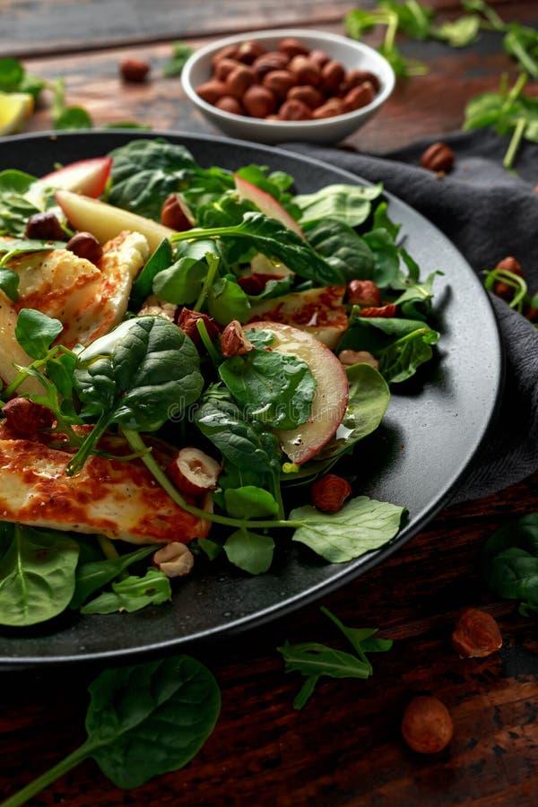 Gegrillter Halloumi-Käsesalat mit Pfirsichfrucht, Nüssen und Spinat, Arugulamischung Gesunde Nahrung stockfotos
