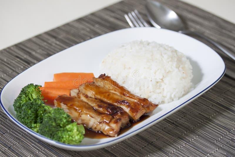 Gegrillter Huhn-Teriyaki-Reis auf dem Tisch lizenzfreie stockfotografie