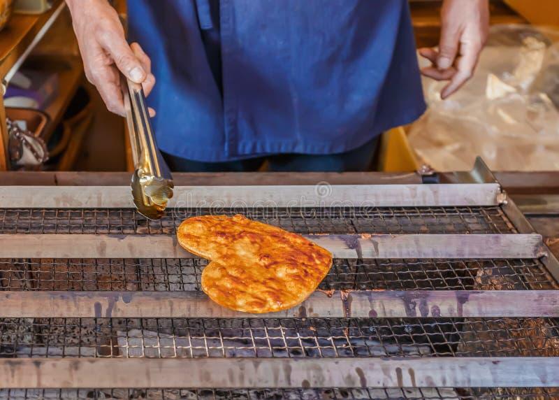 Gegrillter Japaner Senbei auf einem Ofen stockfotos