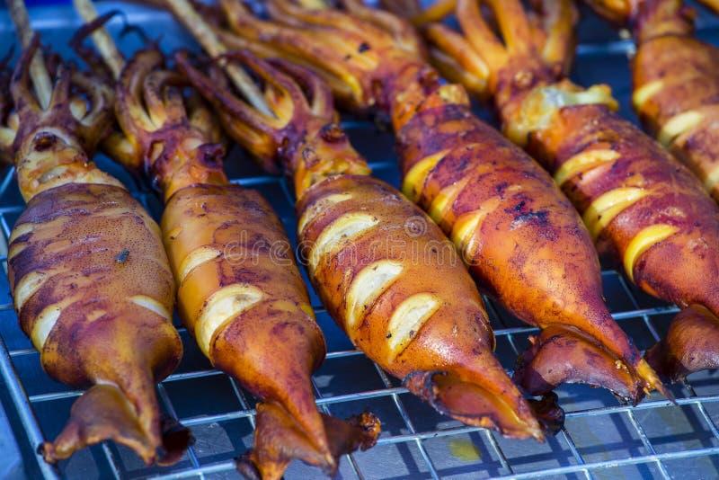 Gegrillter Kalmar auf dem Markt in Thailand stockbild