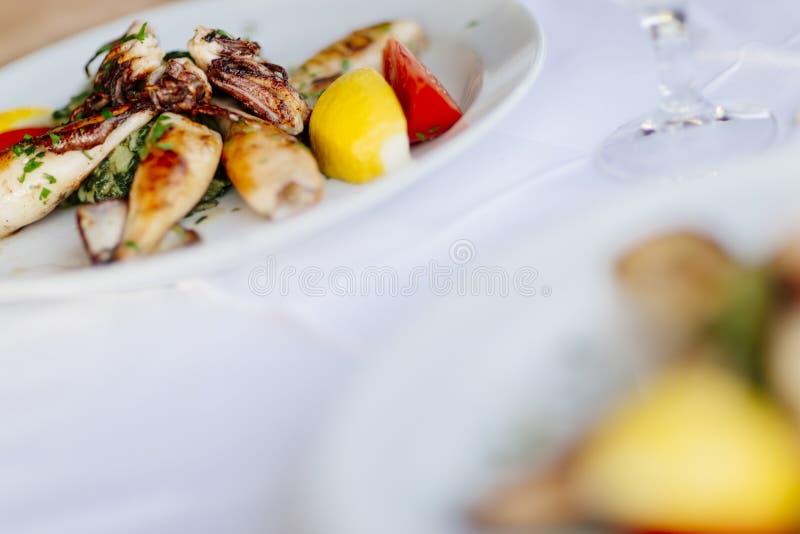 Gegrillter Kalmar auf Platte stockbild