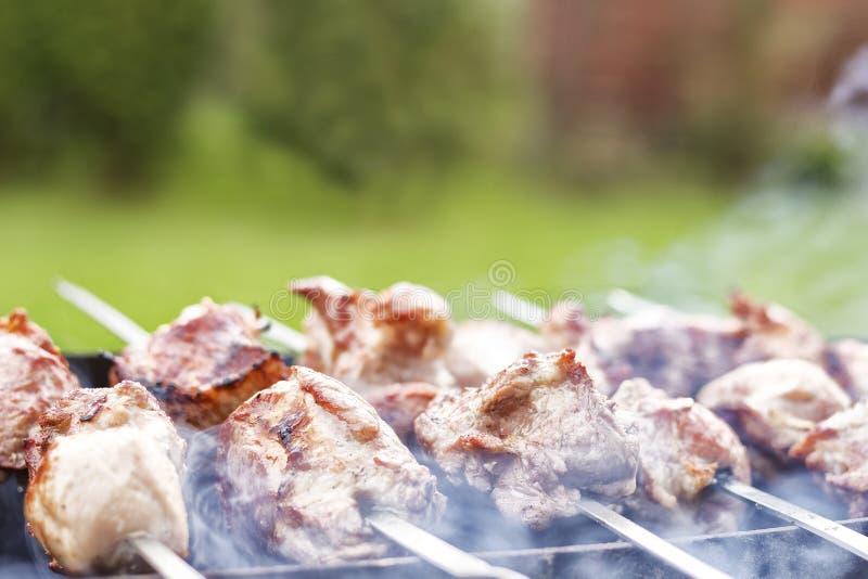 Gegrillter Kebab, der auf Metallaufsteckspindelnnahaufnahme kocht Gebratenes Fleisch gekocht am Grill Traditioneller Ostteller, K lizenzfreie stockbilder