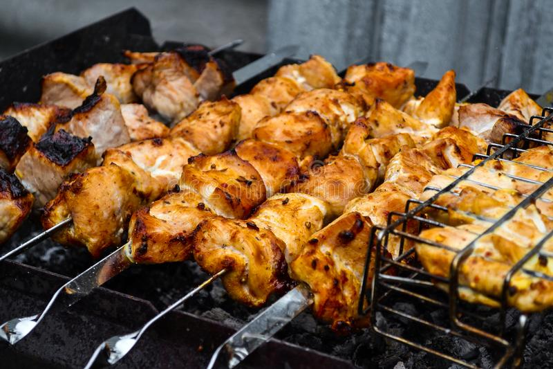 Gegrillter Kebab, der auf Metallaufsteckspindelnnahaufnahme kocht Gebratenes Fleisch gekocht am Grill Traditioneller Ostteller, K lizenzfreie stockfotografie
