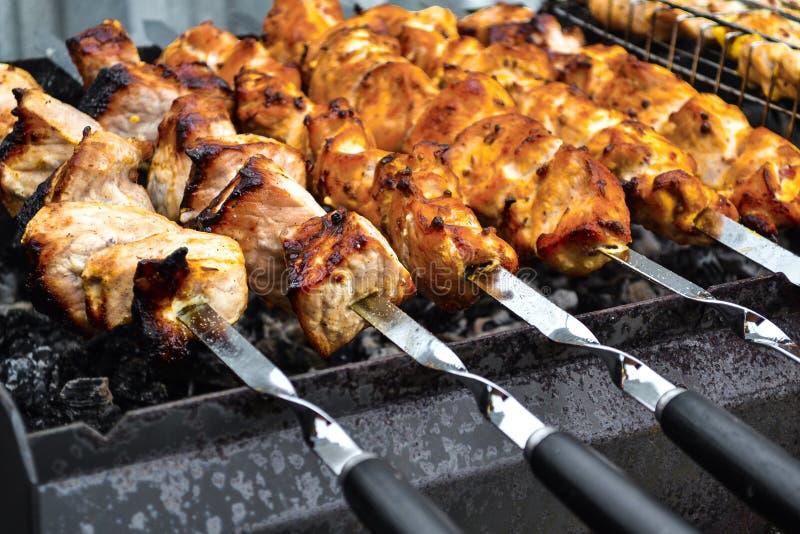 Gegrillter Kebab, der auf Metallaufsteckspindelnnahaufnahme kocht Gebratenes Fleisch gekocht am Grill Traditioneller Ostteller, K lizenzfreie stockfotos