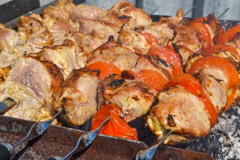 Gegrillter Kebab, der auf Metallaufsteckspindelnnahaufnahme kocht Gebratenes Fleisch gekocht am Grill Traditioneller Ostteller, K stockfotografie