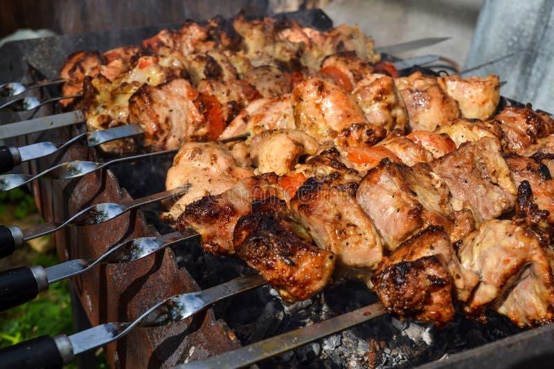 Gegrillter Kebab, der auf Metallaufsteckspindelnnahaufnahme kocht Gebratenes Fleisch gekocht am Grill Traditioneller Ostteller, K lizenzfreies stockfoto