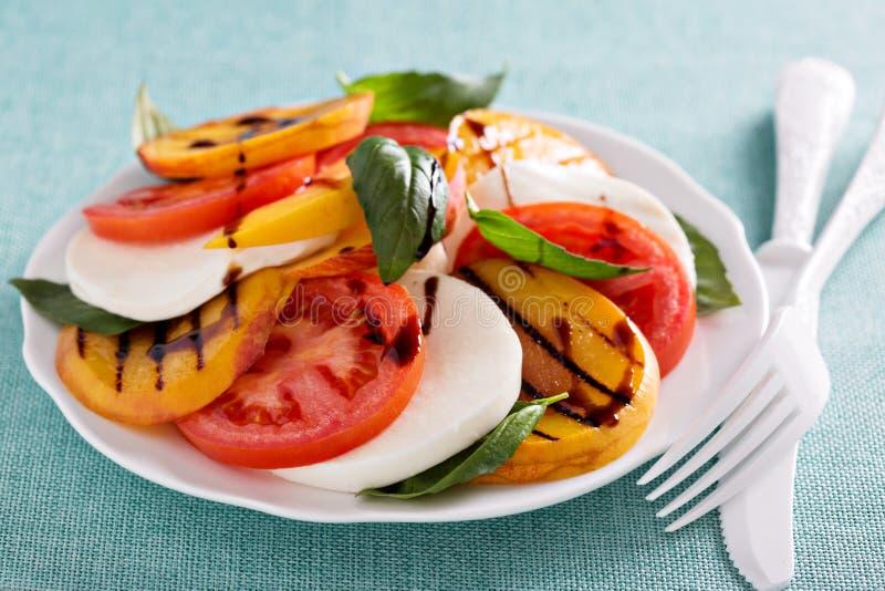 Gegrillter Pfirsich Caprese-Salat lizenzfreies stockbild