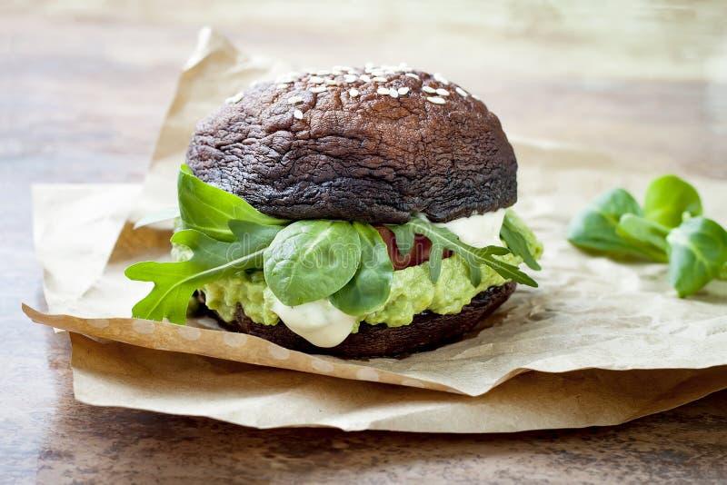 Gegrillter portobello Brötchen-Pilzburger Strenger Vegetarier, Gluten geben frei, das freie Korn, gesunder Veggieshamburger mit G stockbilder