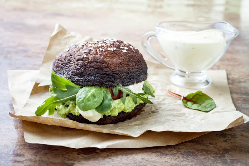 Gegrillter portobello Brötchen-Pilzburger Strenger Vegetarier, Gluten geben frei, das freie Korn, gesunder Veggieshamburger mit G stockfotos