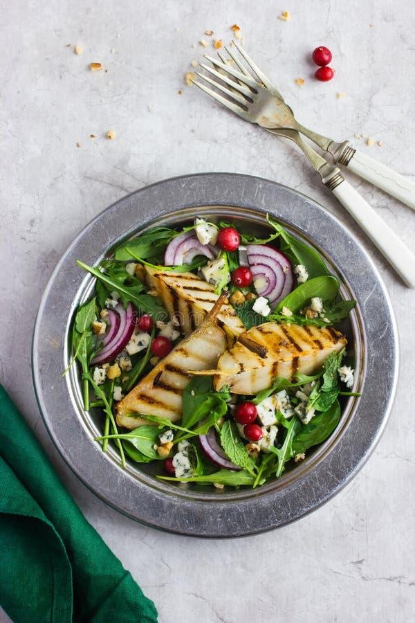 Gegrillter Salat der Birnen, des Arugula und des Blauschimmelkäses stockfotografie