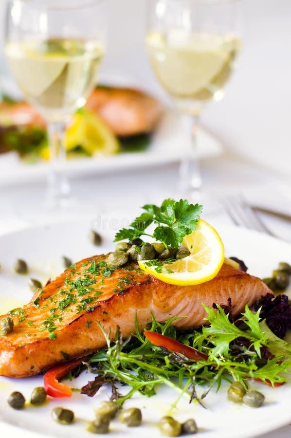 Gegrillter Salmon Fillet With Vegetables And ein Weißwein lizenzfreie stockbilder