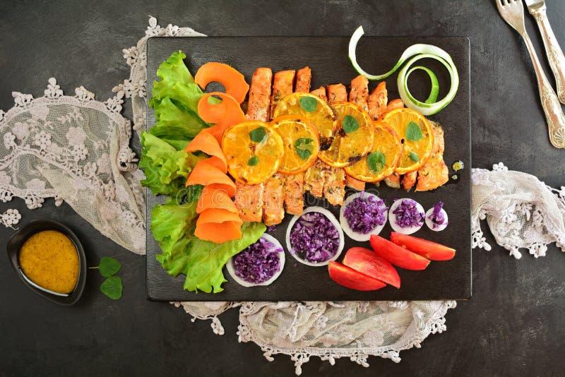 Gegrillter Salmon Salad - eine k?stliche Keton-Di?tmahlzeit mit Rezeptvorbereitungsfotos lizenzfreie stockfotos