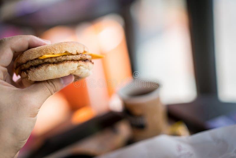 Gegrillter Schweinefleischburger des englischen Muffins mit Käse stockfoto