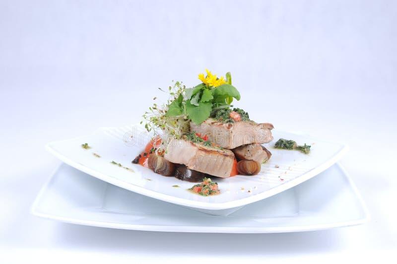 Gegrillter Thunfisch mit Gemüse lizenzfreie stockfotografie