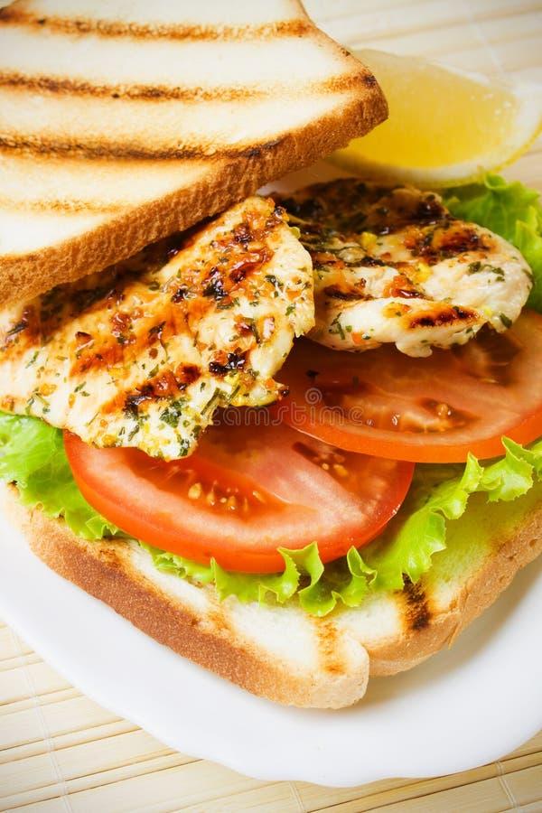 Gegrilltes belegtes Brot mit Hühnerfleisch lizenzfreies stockbild