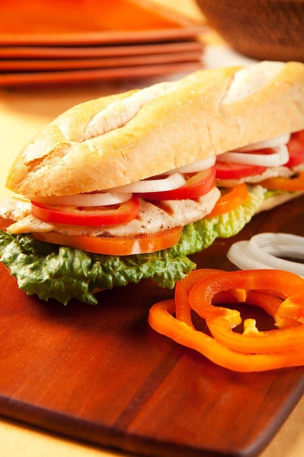 Gegrilltes belegtes Brot mit Hühnerfleisch stockbilder