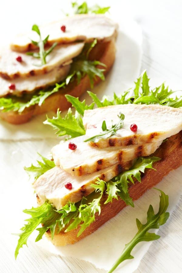 Gegrilltes belegtes Brot mit Hühnerfleisch lizenzfreie stockfotografie