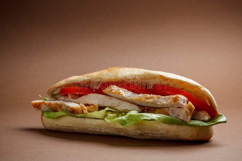 Gegrilltes belegtes Brot mit Hühnerfleisch lizenzfreie stockfotos