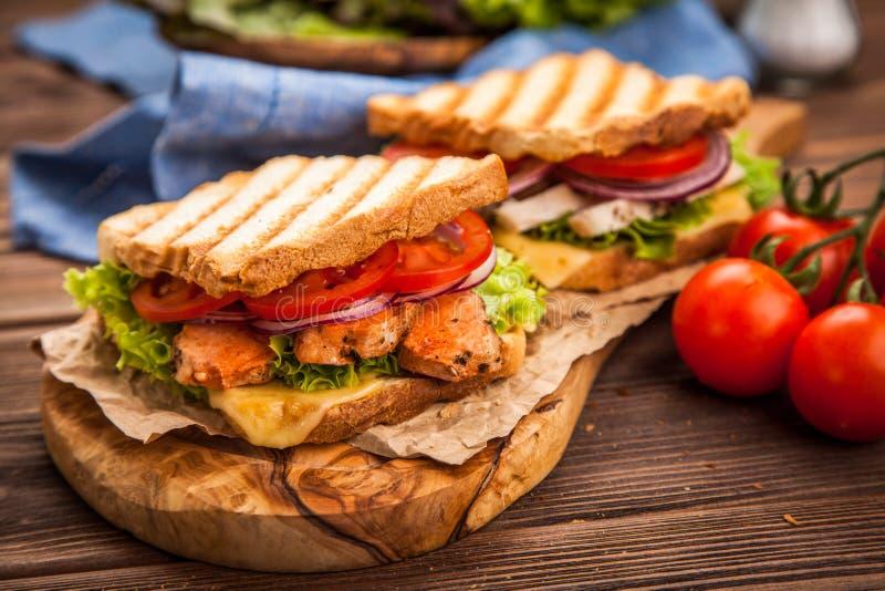 Gegrilltes belegtes Brot mit Hühnerfleisch stockfotos