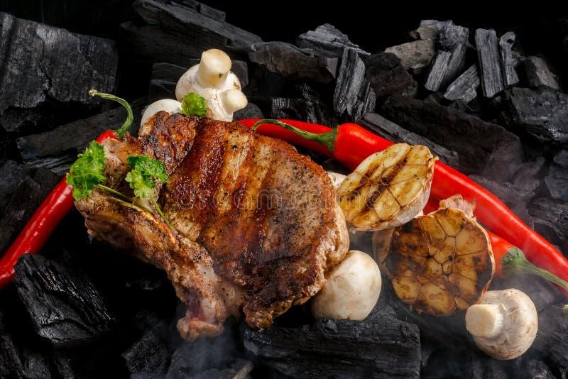 Gegrilltes Fleisch auf dem Kohlenhintergrund stockbild