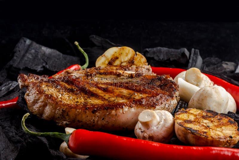 Gegrilltes Fleisch auf dem Kohlenhintergrund lizenzfreie stockfotografie