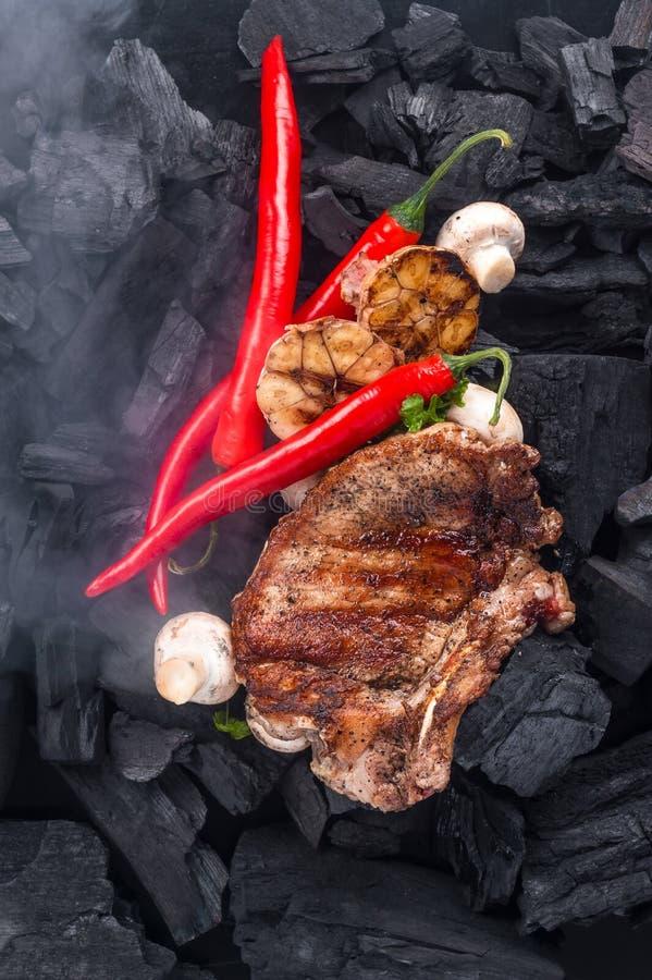 Gegrilltes Fleisch auf dem Kohlenhintergrund lizenzfreie stockfotos