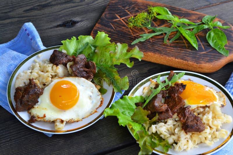 Gegrilltes Fleisch Carbonara-Teigwaren mit Eiern Flache Sch?rfentiefe lizenzfreie stockbilder