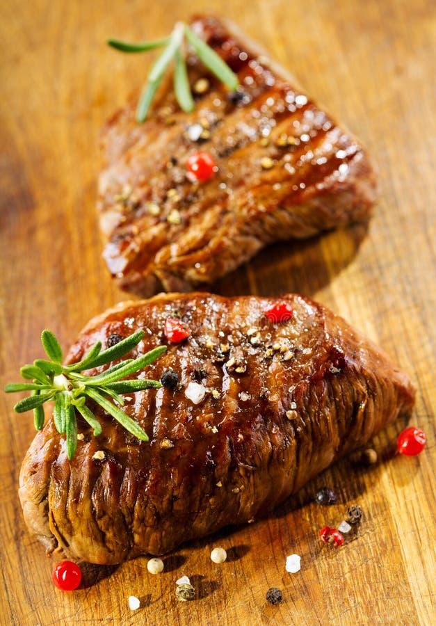 Gegrilltes Fleisch mit Rosmarin stockfotografie