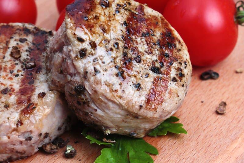 Gegrilltes Fleisch mit Tomate stockfotos