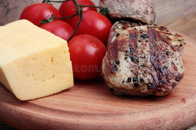 Gegrilltes Fleisch mit Tomate und Käse stockbilder
